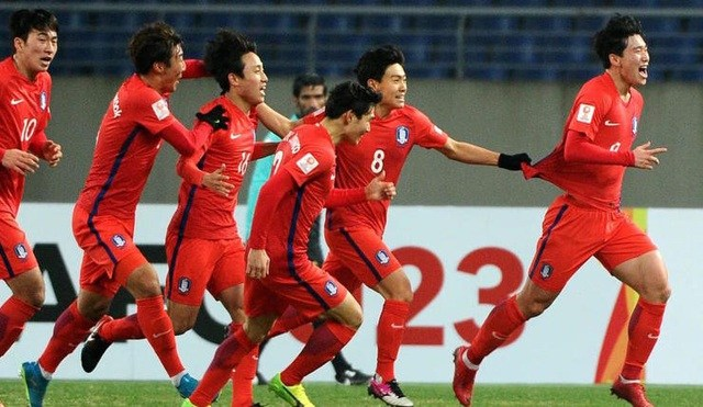 Đội bóng nam Hàn Quốc ăn mừng chiến thắng trên sân cỏ