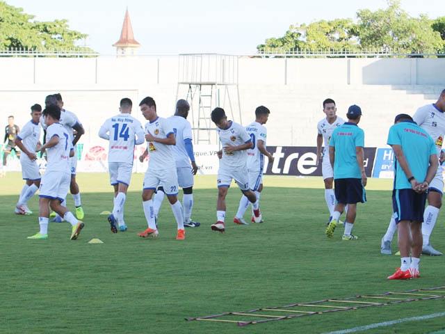 Các cầu thủ của câu lạc bộ bóng đá Quảng Nam đang làm quen sân